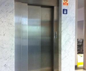 Pulimento de aceros en puertas exteriores