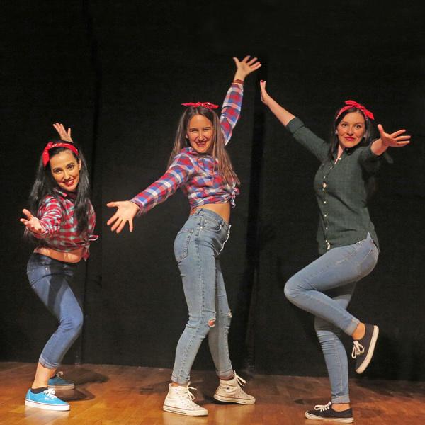 """Alumnas de Arte Dramático en clase de danza, bailando """"Swing"""". Curso 2014-2015"""