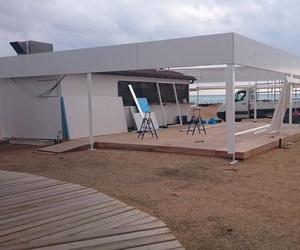 Trabajo de carpintería de aluminio en chiringuito de playa
