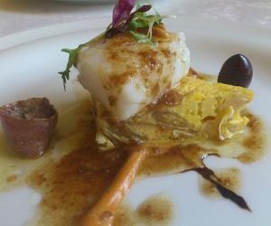 Bacalao con tortilla de judías y cebolla y romesco del Restaurat L'Auro