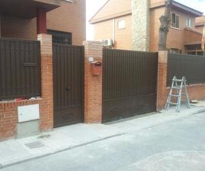 Fachada de chalet puerta y rejas