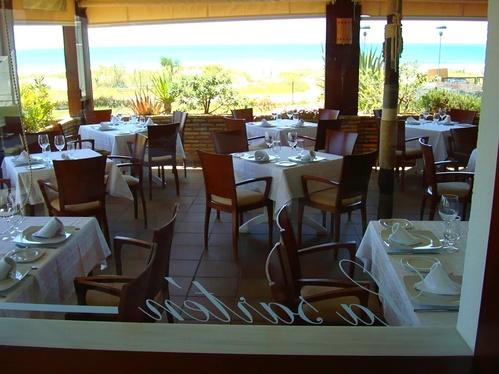 Mesas en el interior del restaurante