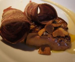 Crema de ajoarriero, foie fresco a la plancha y lengua de vaca ahumada
