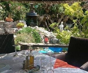 Comer junto a la fuente de agua, escuchando el agua caer en La Barraca