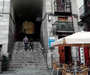 """Estamos al lado del """"Arco de Cuchilleros"""" en la Plaza Mayor de Madrid."""