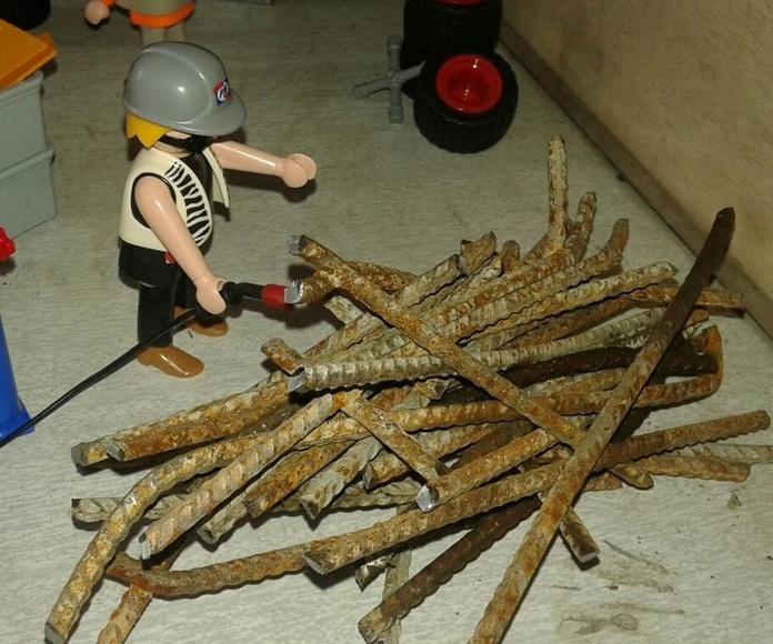 playmobil cortando con soplete en exposición de Chatarras Clemente de Albacete