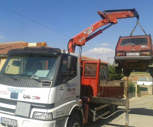 Camión Grúa cargando un coche. Desguaces Clemente de Albacete