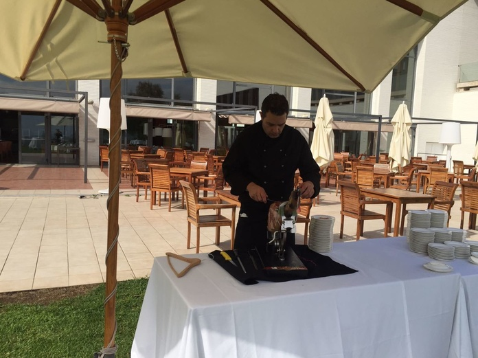 Una boda de ensueño,cortando un jamón ibérico bellota DO En Barcelona default:seo.title }}
