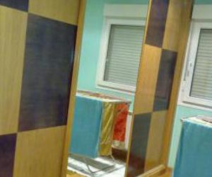 Armario empotrado, puertas correderas de roble natural y roble teñido