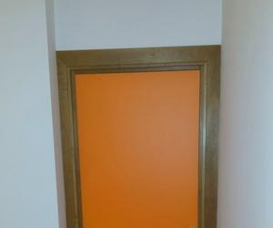 Puertas melamina de colores con marco de madera.