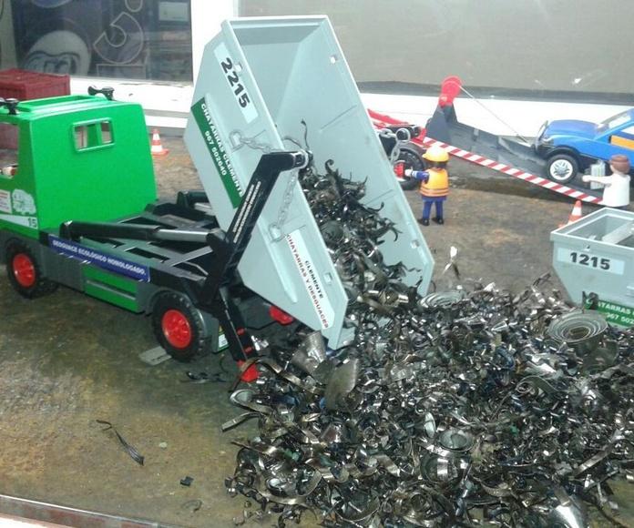 Playmobil descargando contenedor de chatarra y de viruta en Chatarras Clemente de Albacete