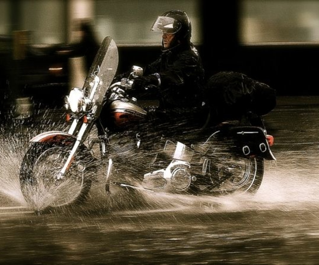 Consejos para conducir tu moto con lluvia