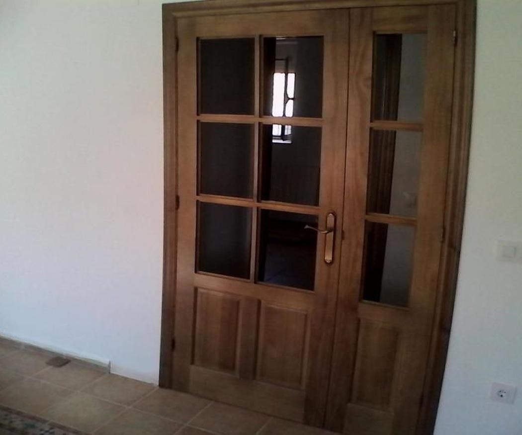 Ventanas y puertas de madera de estilo rústico para un hotel o casa rural