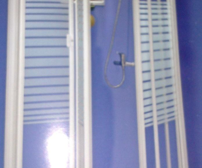 Mampara de ducha con rayas en el cristal