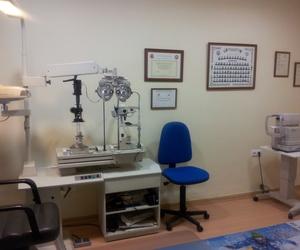 Gabinete de optometría y contactología.Disponemos de Tonometro para medir la tensión ocular.