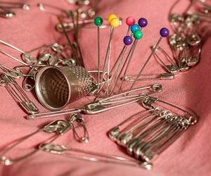 Todo en mercería: botones, puntillas, agujas y todo en abalorios, cintas...