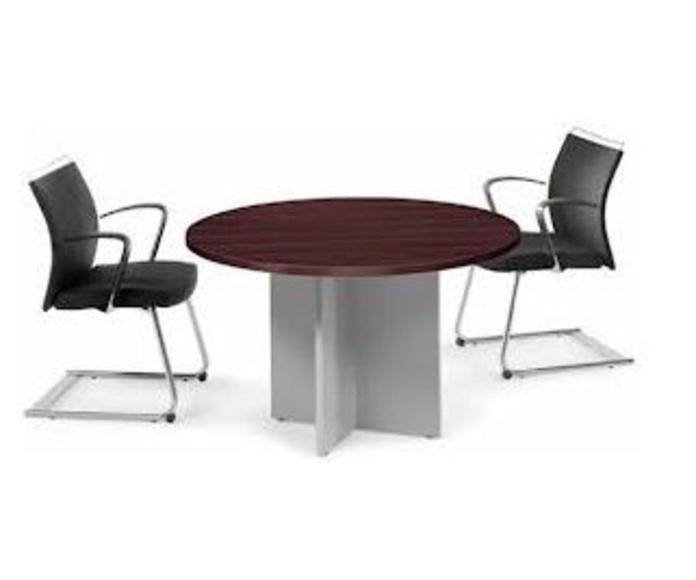 Mesa redonda con dos sillas confidentes