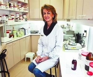 La farmacéutica Margarita Medrano prepara para DB un fármaco destinado a un paciente con psoriasis.