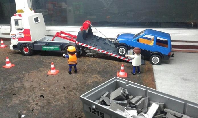 Playmobil recogiendo coche con grua en Desguaces Clemente de Albacete|default:seo.title }}