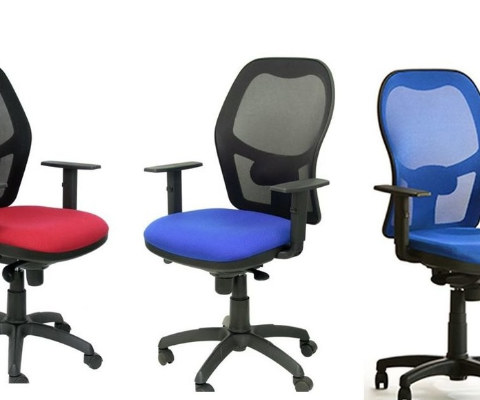 silla giratoria ergonómica PS-15 con brazos regulables en azul y rojo