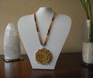 Colgantes de jade y cadena de piedras
