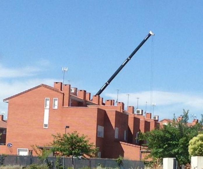grúa de 70 toneladas para construcción de piscina