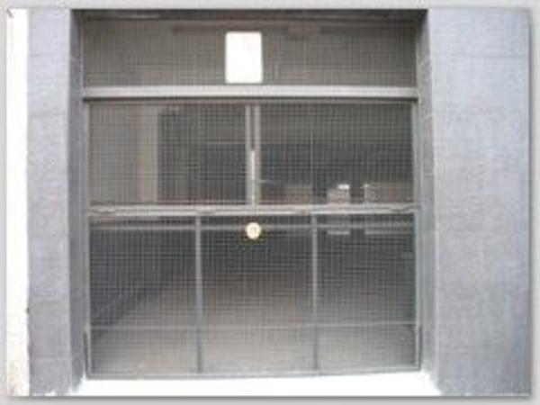 Puerta basculante de chapa perforada