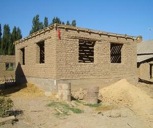 Fabrican casas de adobe por 35 euros con una impresora 3D gigante
