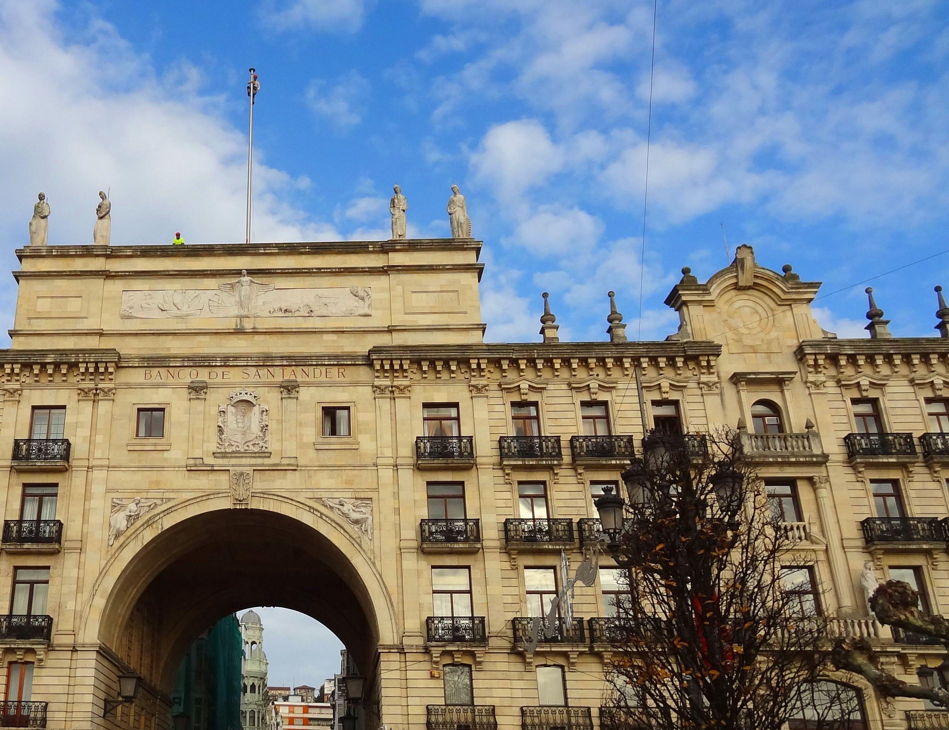 Bandera del banco santander sustituci n de banderas trabajos de fachadas cantabria - Casas de banco santander ...