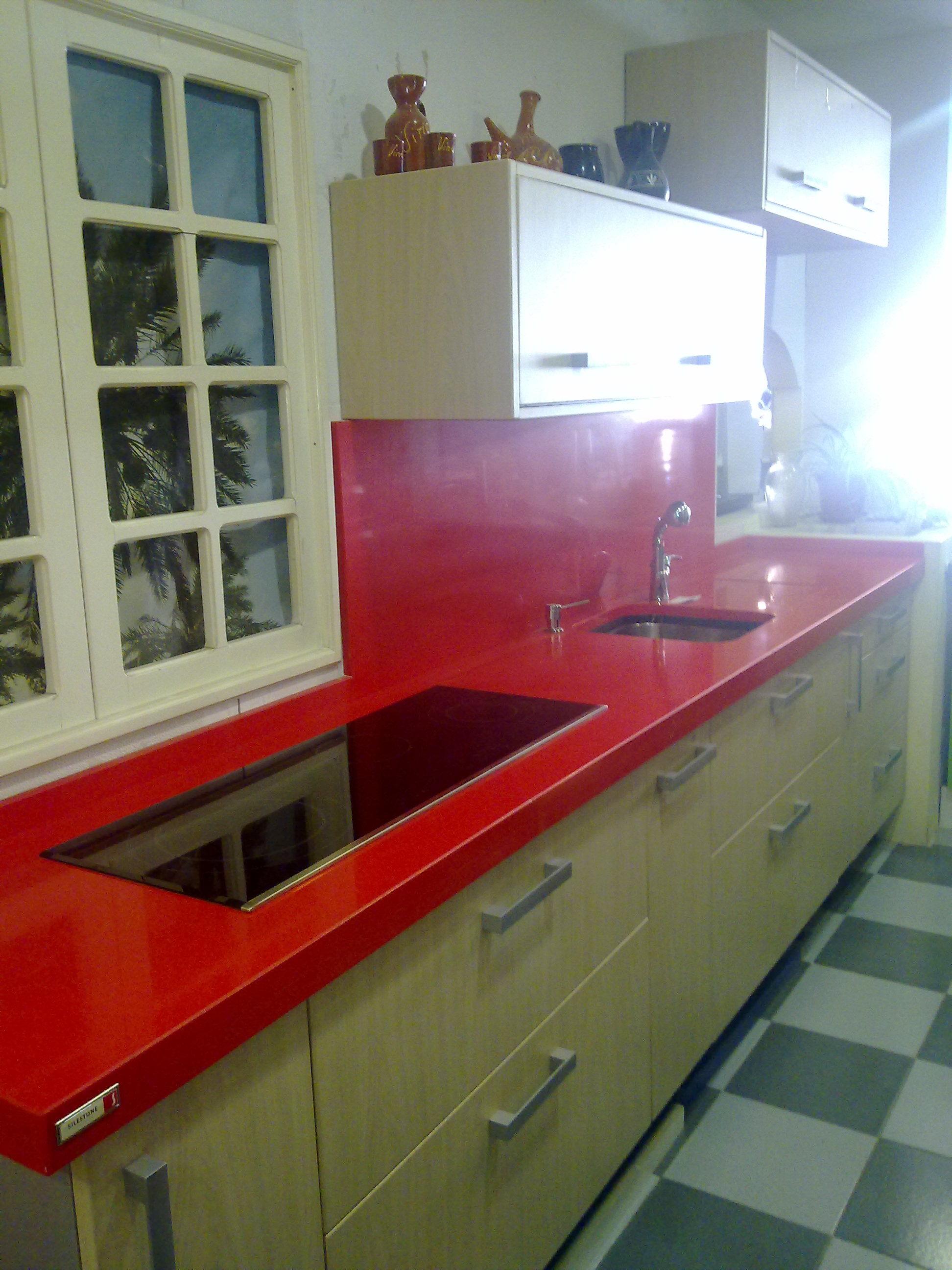 Liquidación exposición polilaminado con encimera silestone 3+3 rojo vital