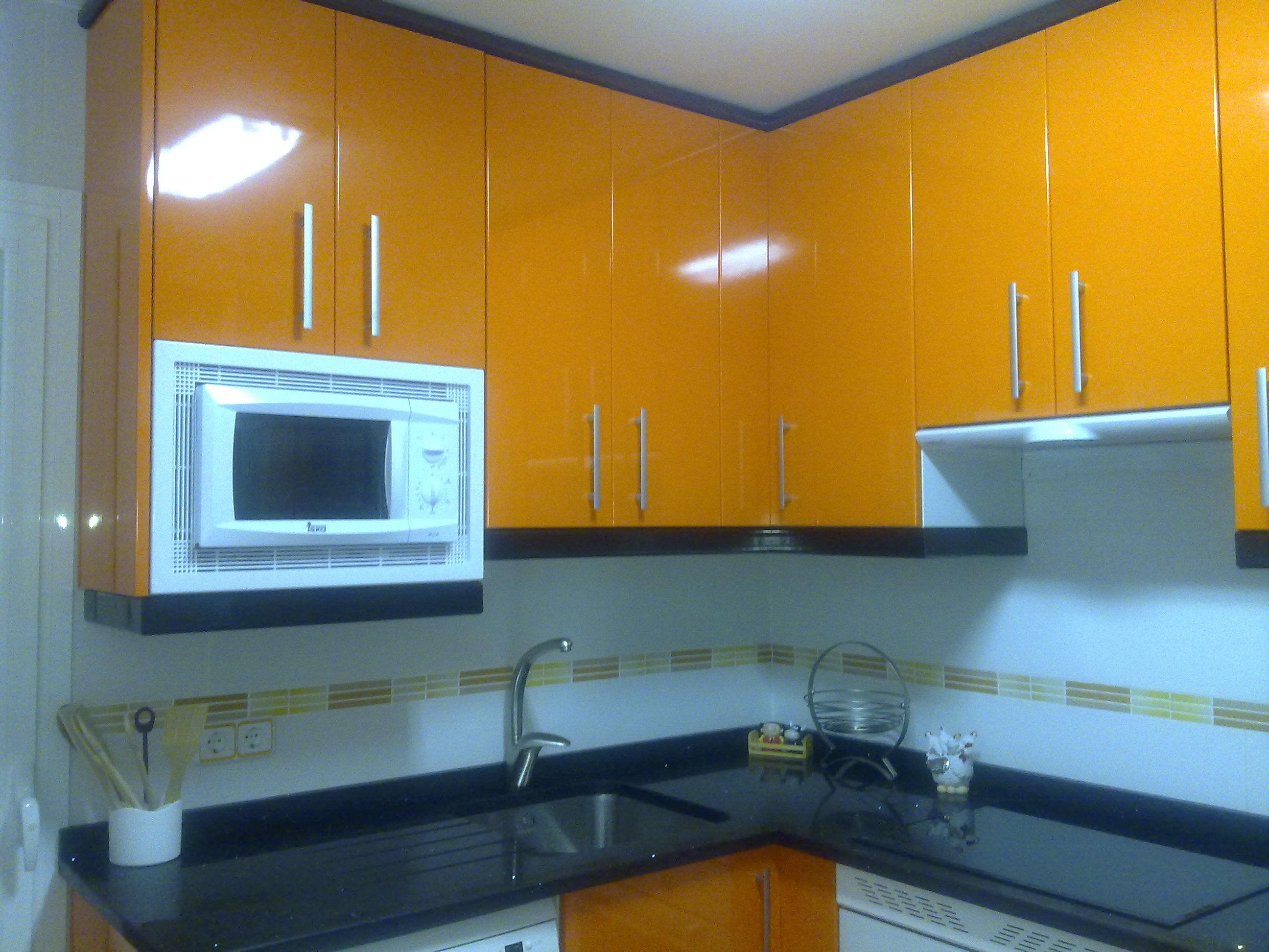 laminado alto brillo naranja, remates negro, encimera silestone negro estellar