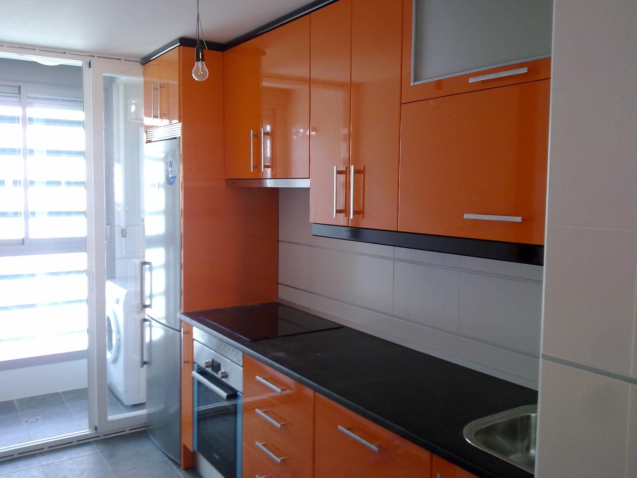 laminado alto brillo naranja glo 122 br, remates negro encimera glp 283 slate