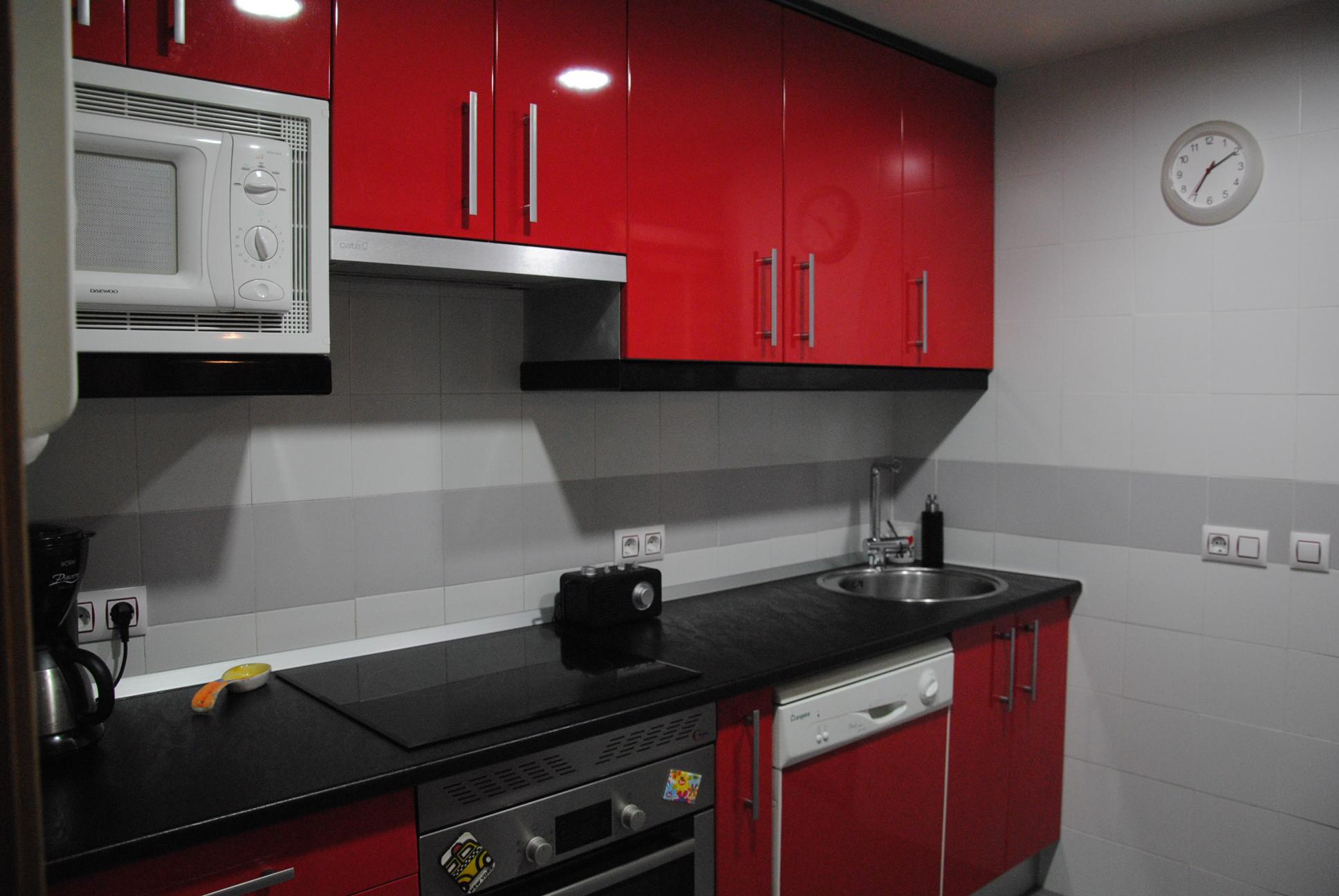 laminado alto brillo rojo ferrari, remates en negro, encimera glp 283 tf p7