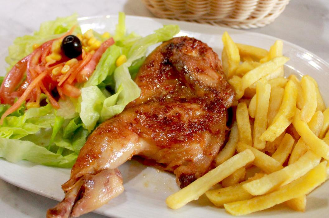 Medio pollo asado, patatas fritas y ensalada