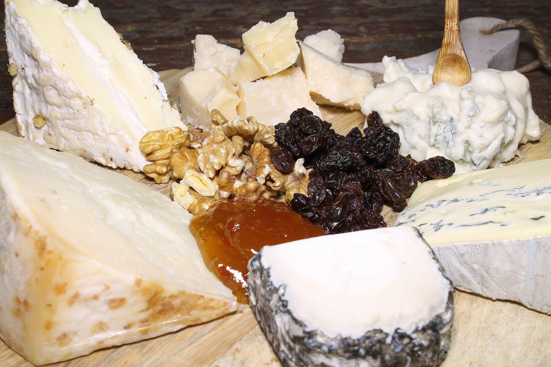 Tabla de quesos de diferente calidad y sabor