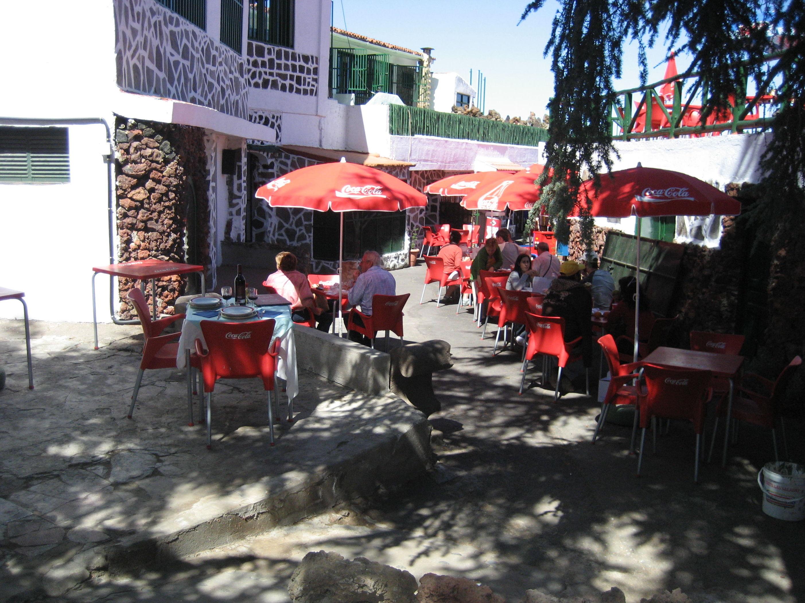 Nuestros clientes disfrutando del buen tiempo y de una excelente cocina