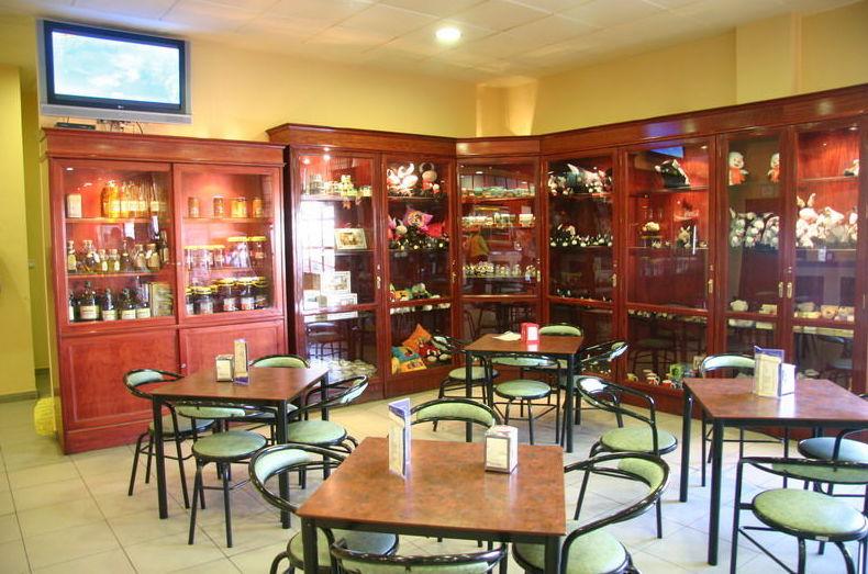 Cafetería con amplia variedad de productos