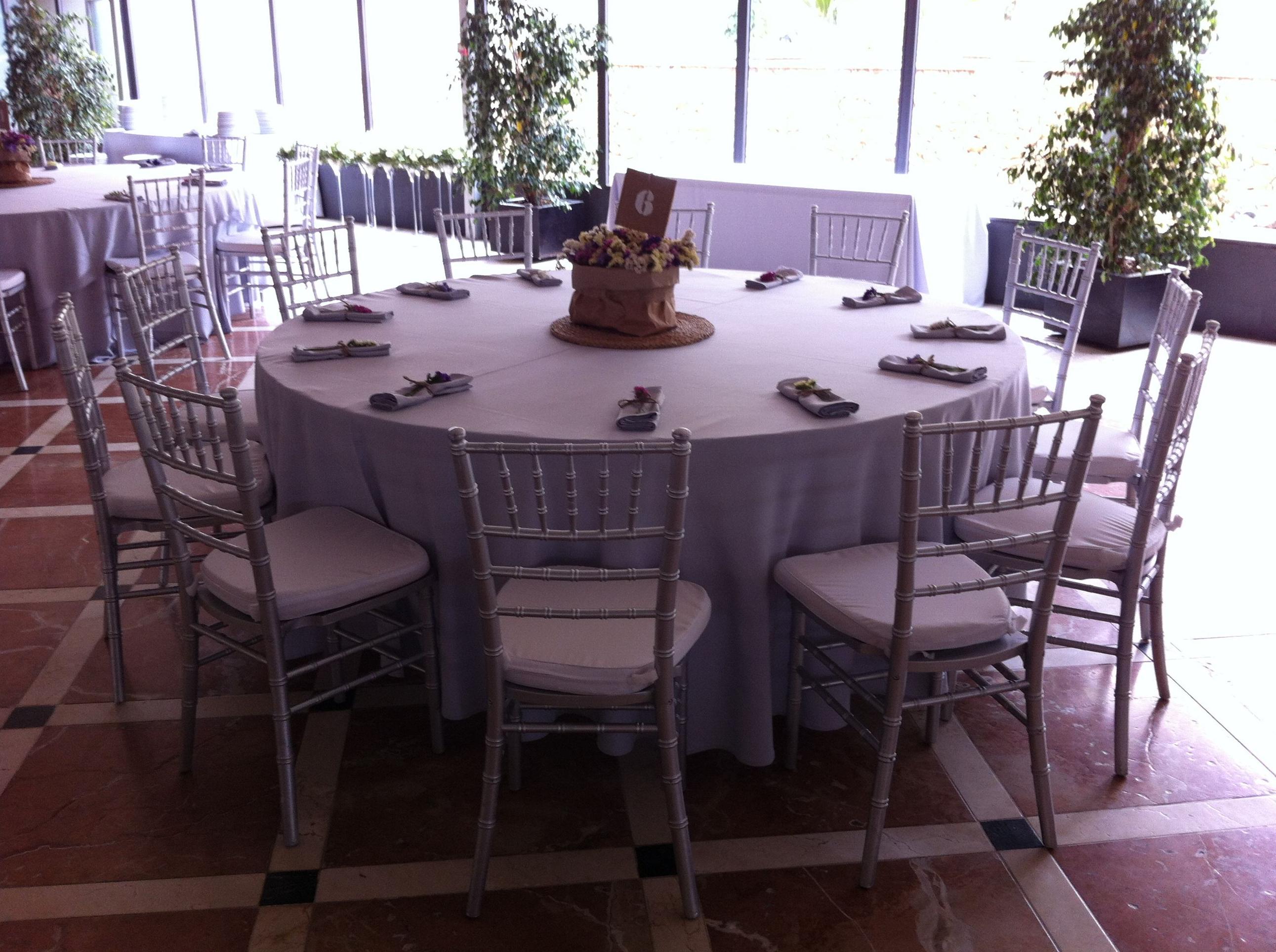 Oferta de alquiler de sillas y mesas para bodas y eventos for Alquiler mesas sillas