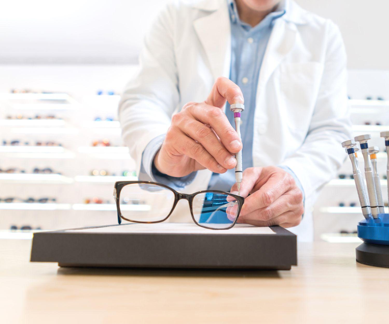 Servicio de mantenimiento y reparación de gafas
