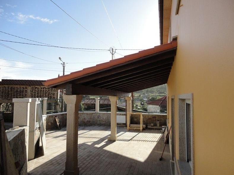 tejado de porche y escaleras de madera en corua