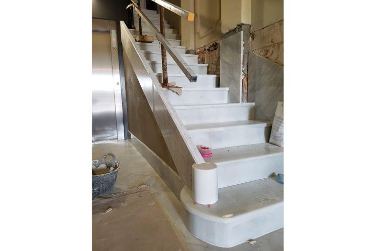 Granitos de cantera y todo tipo de pizarras, tejas, aplacados y escalones para hacer escaleras.