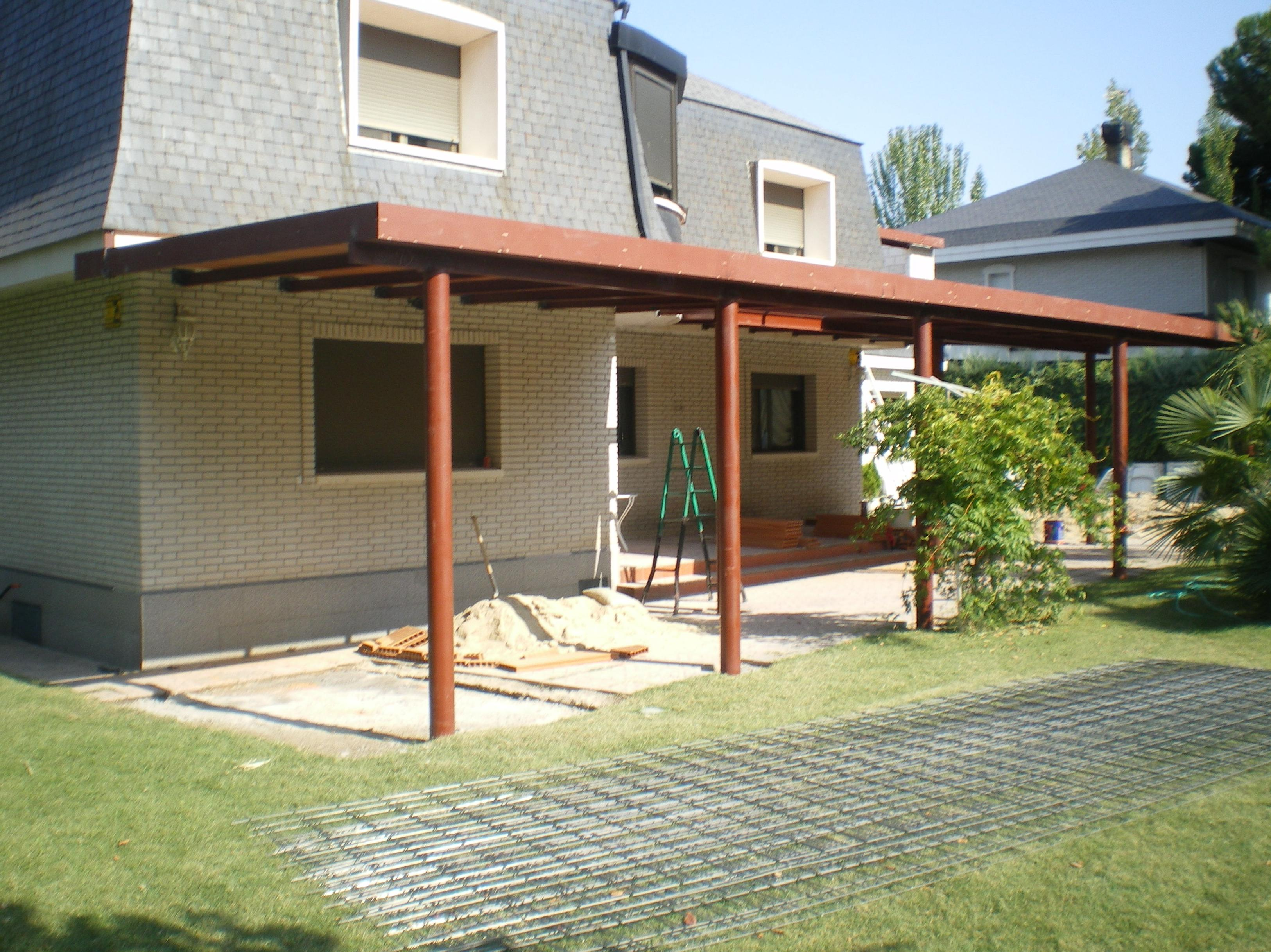 Porches de jardin con zona de estar y comedor casas de for Porches de hierro