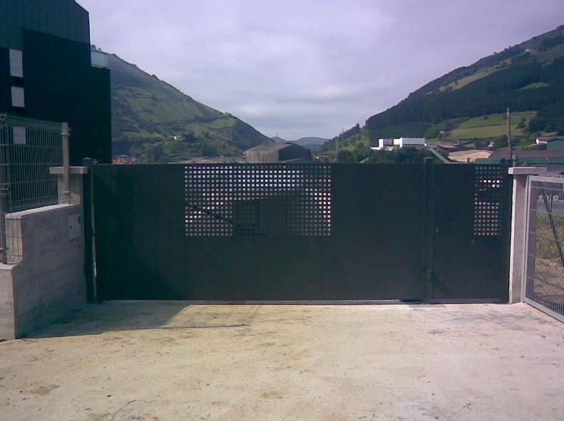 Puertas met licas para vehiculos servicios de cercados for Puertas para cercados