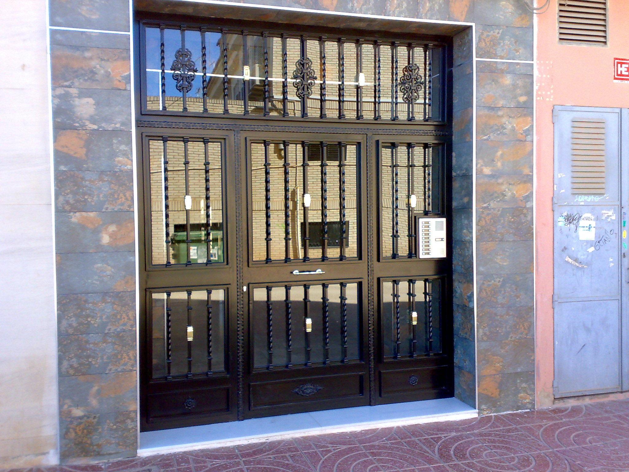 Carpinter a met lica cat logo de aluminios paiporta for Puertas para patios modelos