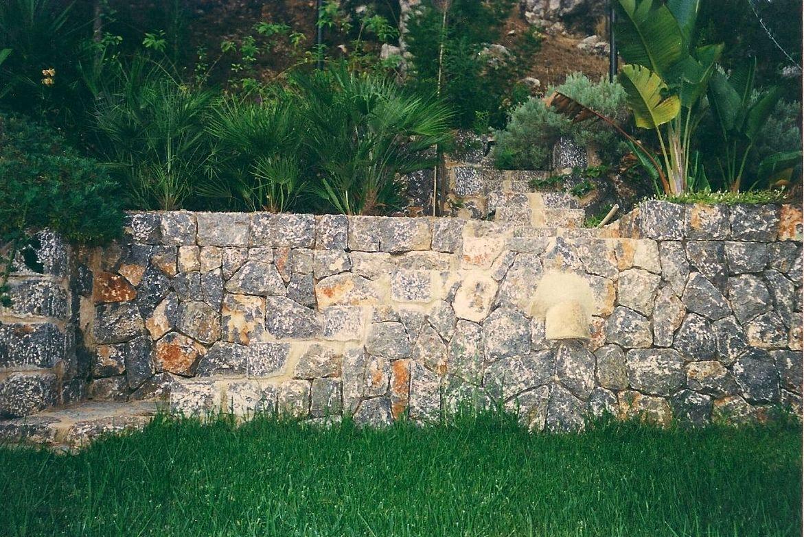 construimos jardineras en piedra natural