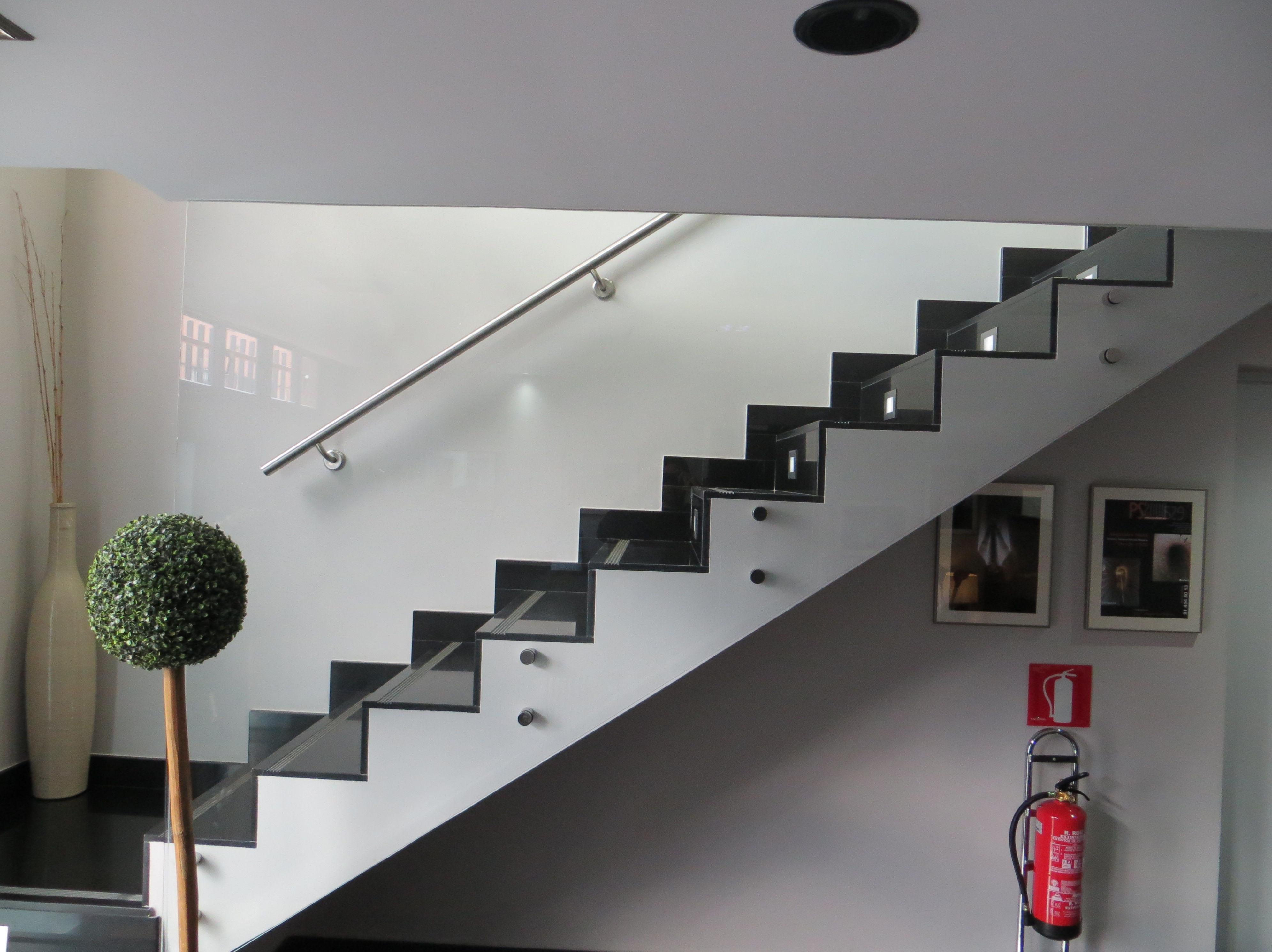 Escalera de cristal madrid vidrio a medida for Detalle barandilla vidrio