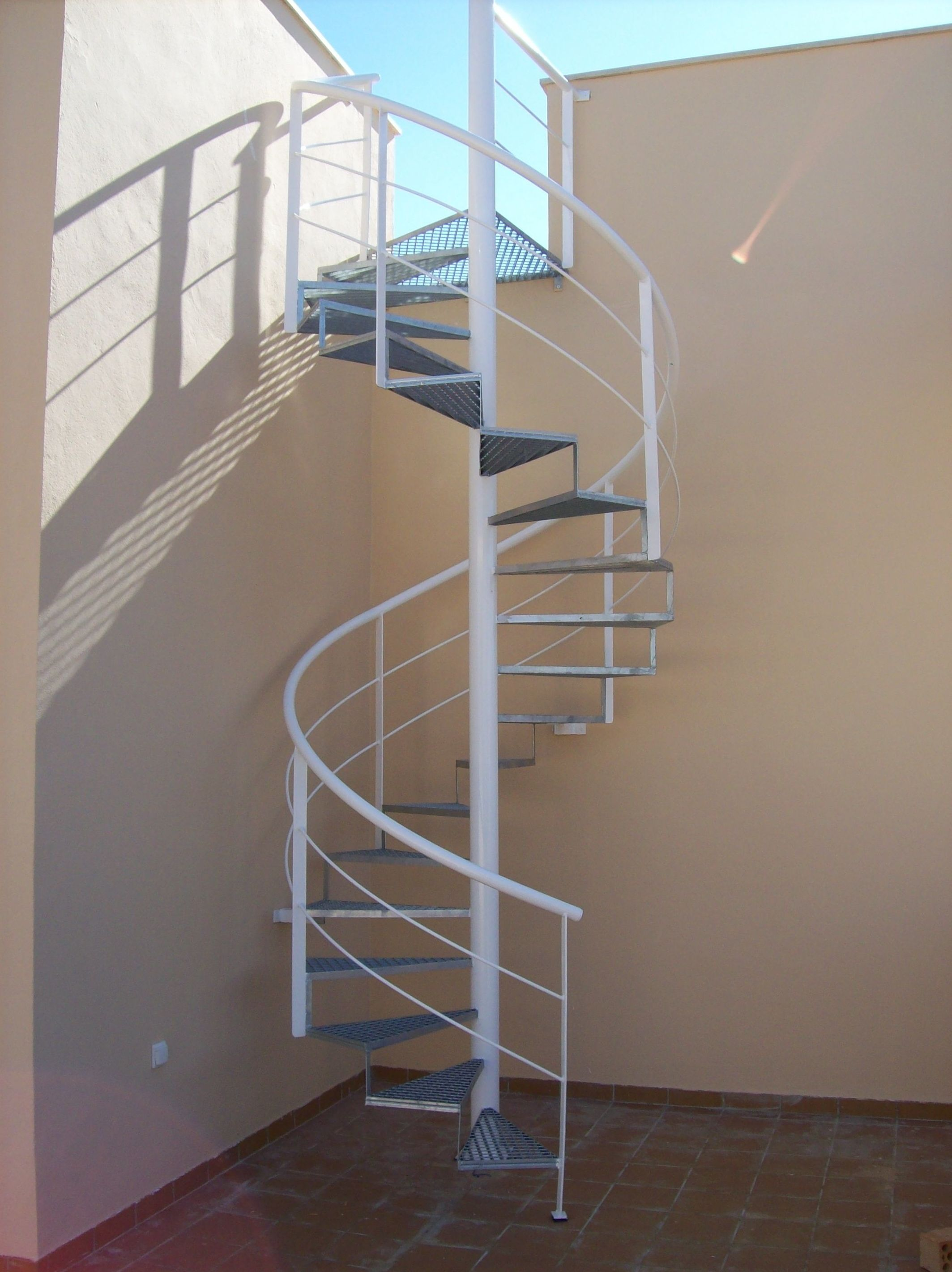 Escaleras met licas y escaleras de caracol productos y for Escalera metalica en l