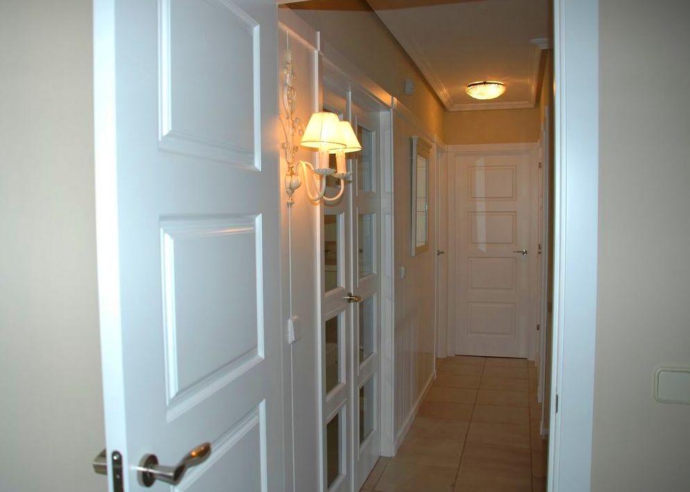 Amueblar en color blanco esta de moda te contamos sus - Lacar puertas en blanco ...