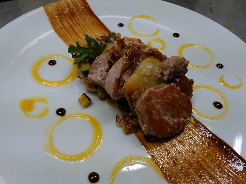 Solomillo de cerdo con verduras al curry, manzana, mango y lima