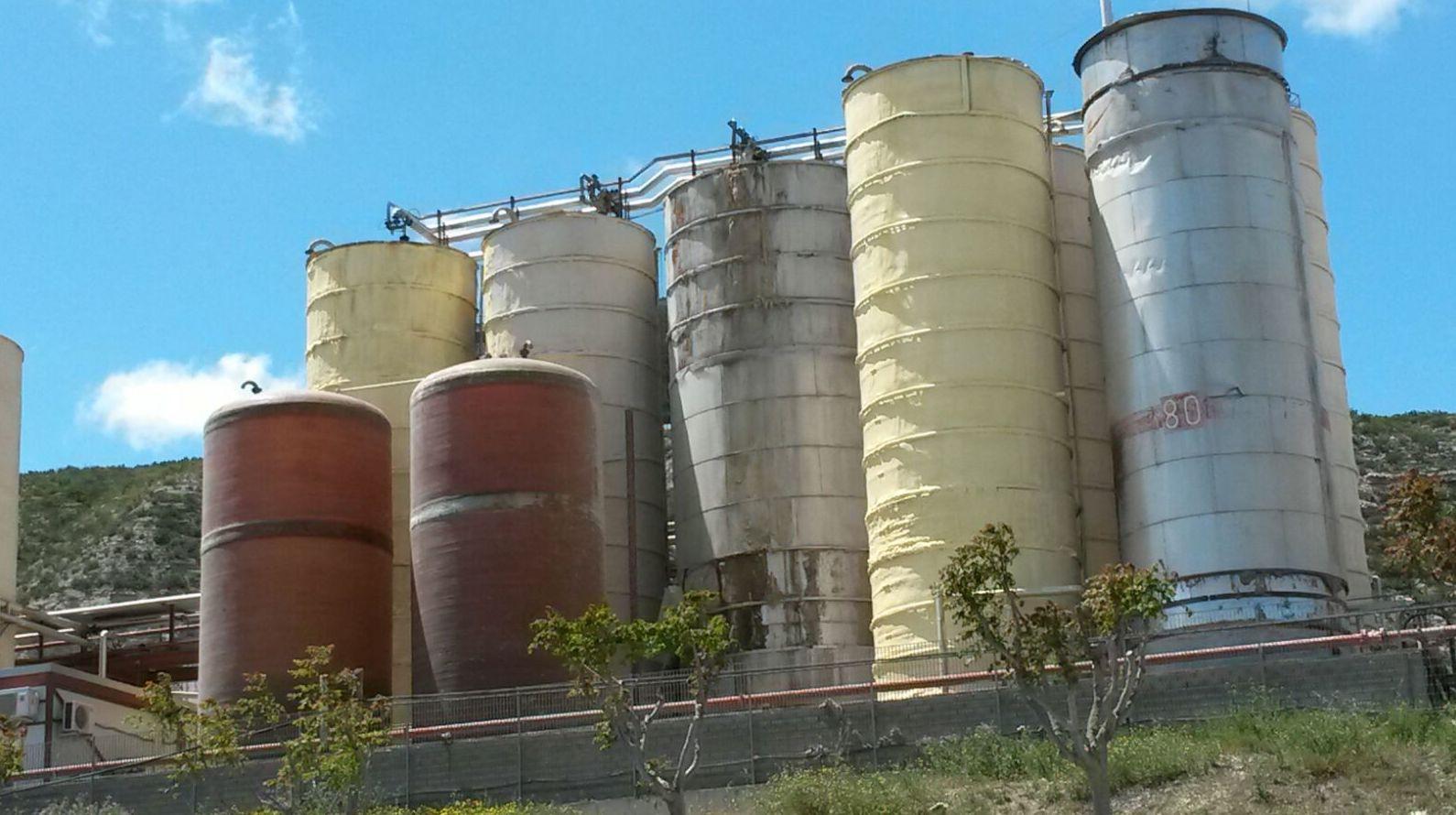 Proyección poliuretano resistente a  altas temperaturas en depósitos. (110 a 120 grados)
